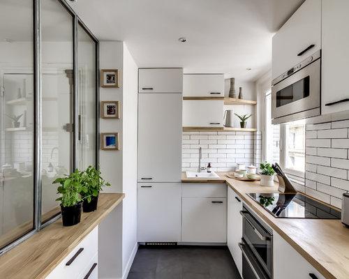 cette image montre une cuisine nordique en u ferme et de taille moyenne avec un vier
