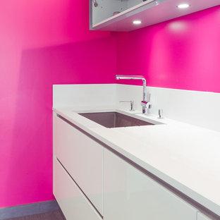 Offene, Große Moderne Küche in L-Form mit integriertem Waschbecken, Kassettenfronten, weißen Schränken, Granit-Arbeitsplatte, Küchenrückwand in Weiß, Keramikboden, zwei Kücheninseln, grauem Boden und grauer Arbeitsplatte in Grenoble