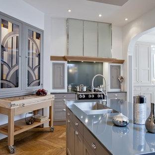 Immagine di una grande cucina tradizionale con lavello a doppia vasca, ante grigie, elettrodomestici in acciaio inossidabile e pavimento in legno massello medio