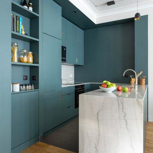 パリのコンテンポラリースタイルのおしゃれなキッチン (フラットパネル扉のキャビネット、ターコイズのキャビネット、白いキッチンパネル、石スラブのキッチンパネル、淡色無垢フローリング、ベージュの床、白いキッチンカウンター) の写真
