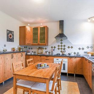 Cette image montre une cuisine américaine traditionnelle en L avec un évier posé, des portes de placard en bois brun, une crédence multicolore, un électroménager blanc, un sol multicolore et un plan de travail gris.