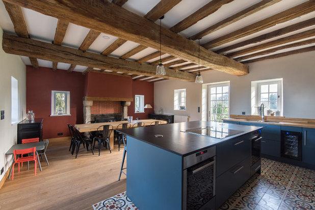 Farmhouse Kitchen by LES CHANTIERS COTTIN