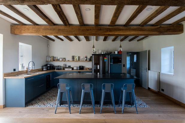 Landhausstil Küche by LES CHANTIERS COTTIN