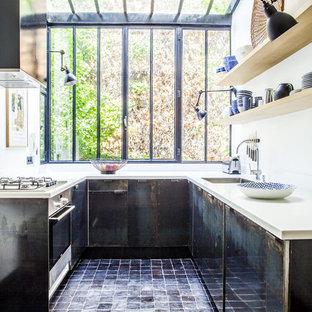 Idée de décoration pour une cuisine urbaine en U de taille moyenne avec un évier 1 bac, des portes de placard en bois vieilli, un électroménager encastrable et aucun îlot.