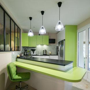 Exemple d'une cuisine américaine tendance en U de taille moyenne avec des portes de placards vertess, une crédence multicolore, un électroménager en acier inoxydable et une péninsule.