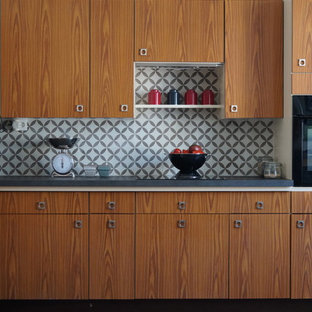 Idées déco pour une grande cuisine ouverte linéaire contemporaine avec des portes de placard en bois brun, un sol en bois brun et aucun îlot.