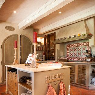 Bild på ett avskilt lantligt parallellkök, med skåp i slitet trä och en köksö