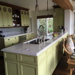 他の地域のカントリー風おしゃれなキッチン (シェーカースタイル扉のキャビネット、ヴィンテージ仕上げキャビネット、珪岩カウンター、濃色無垢フローリング) の写真