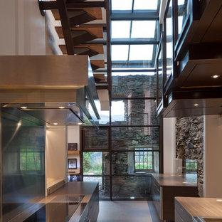 Inspiration pour une cuisine parallèle design fermée et de taille moyenne avec des portes de placard grises, un sol en carrelage de céramique, un placard à porte plane, 2 îlots et un plan de travail en bois.