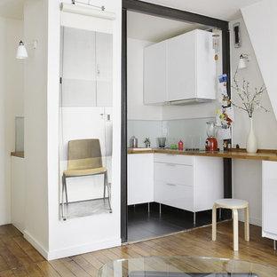 Idées déco pour une petit cuisine ouverte contemporaine en U avec des portes de placard blanches et aucun îlot.