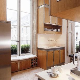 Geschlossene, Zweizeilige, Große Moderne Küche mit Keramikboden und rosa Boden in Paris