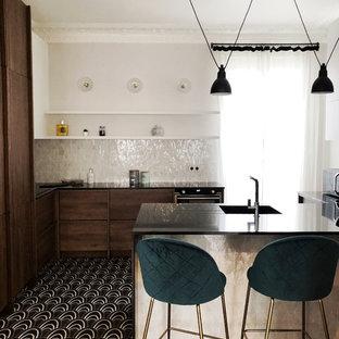 Idées déco pour une cuisine contemporaine en L avec un évier 1 bac, un placard à porte plane, des portes de placard en bois sombre, une crédence blanche, une crédence en mosaïque, un sol multicolore, un plan de travail noir et une péninsule.