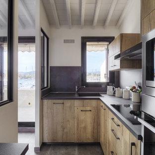 Inspiration för avskilda, små moderna svart l-kök, med en enkel diskho, luckor med profilerade fronter, skåp i ljust trä, marmorbänkskiva, svart stänkskydd, stänkskydd i marmor, rostfria vitvaror, klinkergolv i keramik och grått golv