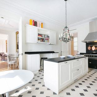 Idéer för mycket stora vintage kök, med vita skåp och en köksö