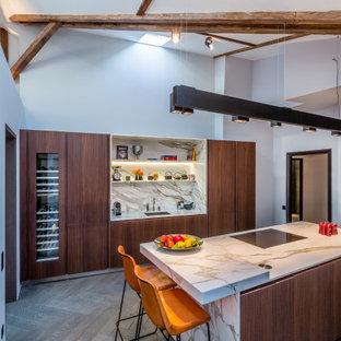 Idée de décoration pour une cuisine design avec un évier 1 bac, un placard à porte plane, des portes de placard en bois sombre, une crédence multicolore, une crédence en dalle de pierre, un électroménager encastrable, un îlot central, un sol marron, un plan de travail multicolore, un plafond en poutres apparentes et un plafond voûté.