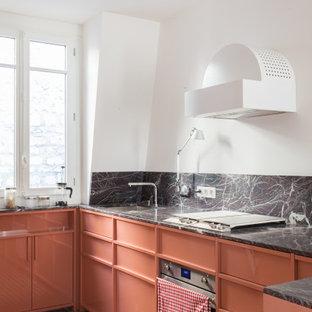 Foto på ett funkis flerfärgad u-kök, med en undermonterad diskho, orange skåp, flerfärgad stänkskydd, stänkskydd i sten, rostfria vitvaror och orange golv