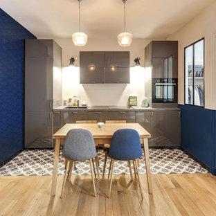 Exemple d'une petite cuisine ouverte linéaire tendance avec un évier posé, un placard à porte plane, des portes de placard grises, aucun îlot et un plan de travail gris.