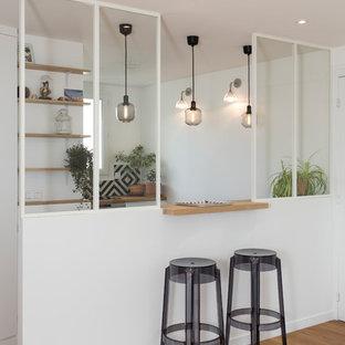 Idée de décoration pour une cuisine parallèle design de taille moyenne avec un placard sans porte, des portes de placard en bois brun, un plan de travail en bois, une crédence noire, un sol en bois brun et un sol marron.