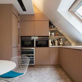 Aménagement d'une petit cuisine américaine scandinave en U avec un placard à porte plane, des portes de placard en bois clair, un électroménager encastrable, un sol en marbre et aucun îlot.