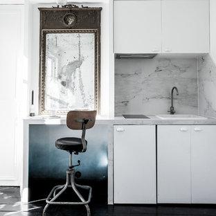 Cette photo montre une petite cuisine chic fermée avec un évier posé, un placard à porte plane, des portes de placard blanches, une crédence blanche, aucun îlot, un plan de travail en marbre, un électroménager blanc et un sol en bois peint.