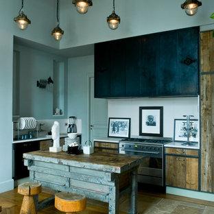 Cette photo montre une cuisine ouverte éclectique en L de taille moyenne avec un placard à porte plane, des portes de placard en bois brun, une crédence blanche, un électroménager en acier inoxydable, un sol en bois brun, un îlot central et un sol beige.