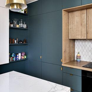 Idéer för mellanstora funkis vitt kök med öppen planlösning, med luckor med profilerade fronter, blå skåp, marmorbänkskiva, grått stänkskydd, stänkskydd i terrakottakakel, integrerade vitvaror, klinkergolv i terrakotta, en köksö och vitt golv