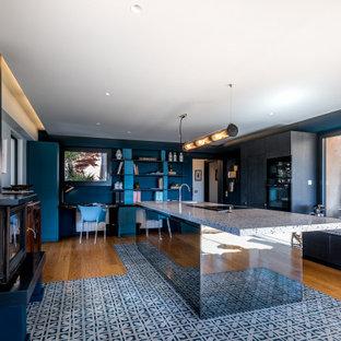 Idee per una cucina minimal di medie dimensioni con lavello integrato, ante di vetro, ante nere, top alla veneziana, elettrodomestici neri, pavimento in cementine, isola, pavimento blu e top blu