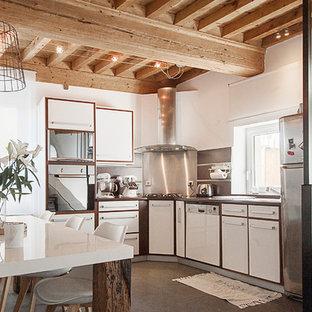 Inspiration pour une cuisine américaine en U avec un placard à porte plane, des portes de placard blanches, une crédence en dalle métallique, un électroménager en acier inoxydable, un îlot central, un sol marron et un plan de travail blanc.