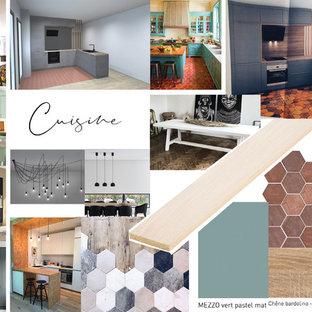 ナントの広いモダンスタイルのおしゃれなキッチン (アンダーカウンターシンク、インセット扉のキャビネット、緑のキャビネット、木材カウンター、緑のキッチンパネル、木材のキッチンパネル、パネルと同色の調理設備、テラコッタタイルの床、赤い床) の写真