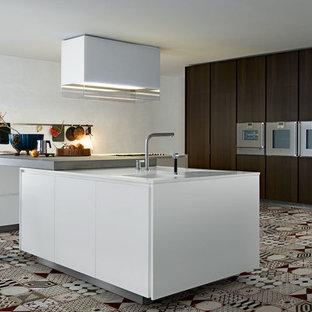 Aménagement d'une grand cuisine contemporaine en L fermée avec des portes de placard en bois sombre et un îlot central.