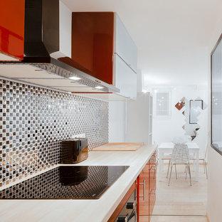 Cette photo montre une petite cuisine ouverte linéaire tendance avec des portes de placard rouges et aucun îlot.