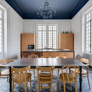 Cette photo montre une grand cuisine américaine parallèle chic avec un placard à porte plane, des portes de placard en bois brun et un îlot central.