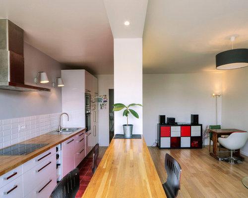 cette photo montre une grande cuisine ouverte linaire tendance avec un vier pos un placard - Cuisine Blanche Avec Plan De Travail Bois