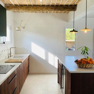Aménagement d'une cuisine parallèle contemporaine de taille moyenne avec un évier encastré, un placard à porte plane, des portes de placard en bois brun, une crédence beige, un électroménager encastrable, un îlot central, un sol beige, un plan de travail beige et un plafond en bois.