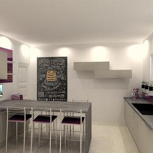 リールの大きいモダンスタイルのおしゃれなキッチン (ダブルシンク、フラットパネル扉のキャビネット、ベージュのキャビネット、ラミネートカウンター、ピンクのキッチンパネル、ガラス板のキッチンパネル、シルバーの調理設備の、セラミックタイルの床、アイランドなし) の写真