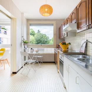 Exemple d'une cuisine linéaire scandinave fermée avec un évier posé, un placard avec porte à panneau surélevé, des portes de placard en bois sombre, un plan de travail en bois, une crédence blanche, une crédence en carreau de céramique, aucun îlot, un sol blanc et un plan de travail beige.