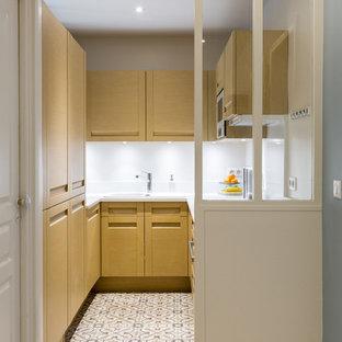 Idées déco pour une petit cuisine scandinave en U fermée avec un évier posé, des portes de placard en bois clair, une crédence blanche, un électroménager encastrable et aucun îlot.