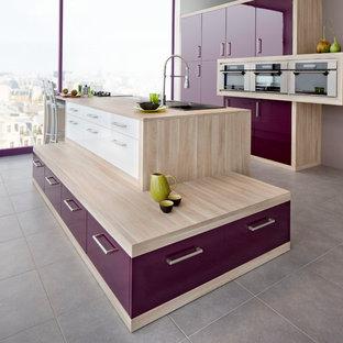 ルアーブルの中くらいのモダンスタイルのおしゃれなキッチン (アンダーカウンターシンク、紫のキャビネット、ラミネートカウンター、シルバーの調理設備、セラミックタイルの床、グレーの床) の写真