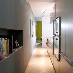 Idées déco pour une cuisine contemporaine de taille moyenne avec un sol en bois brun.