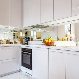 Esempio di una cucina con top alla veneziana, paraspruzzi a specchio, pavimento in terracotta e top bianco