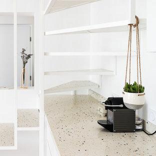 Ispirazione per una cucina ad ambiente unico minimalista con lavello sottopiano, top alla veneziana, paraspruzzi multicolore, parquet chiaro e top multicolore