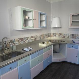 Geschlossene, Große Shabby-Look Küche in U-Form mit integriertem Waschbecken, Zink-Arbeitsplatte, bunter Rückwand, Rückwand aus Zementfliesen, Vinylboden und schwarzem Boden in Lyon