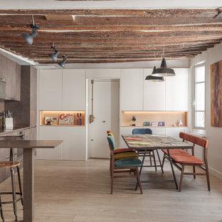 Cette image montre une cuisine ouverte linéaire design avec un évier encastré, un placard à porte plane, des portes de placard marrons, un électroménager en acier inoxydable, un sol en bois clair, aucun îlot, un sol beige et un plan de travail marron.