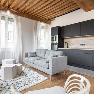 Idée de décoration pour une très grande cuisine méditerranéenne avec des portes de placard noires, un sol en carrelage de céramique et un sol gris.