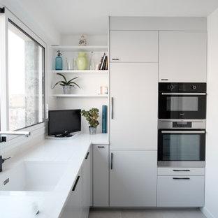 Aménagement d'une petit cuisine contemporaine avec un sol gris.