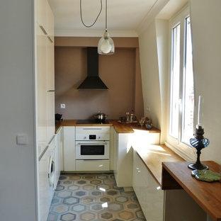 cette image montre une petite cuisine ouverte traditionnelle en u avec un placard porte plane