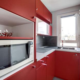 Ejemplo de cocina en L, minimalista, pequeña, cerrada, sin isla, con fregadero bajoencimera, armarios con paneles lisos, puertas de armario rojas, salpicadero verde, electrodomésticos blancos y salpicadero de piedra caliza