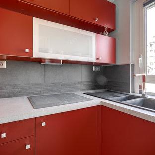 Diseño de cocina en L, minimalista, pequeña, cerrada, sin isla, con fregadero bajoencimera, armarios con paneles lisos, puertas de armario rojas, salpicadero verde, salpicadero de piedra caliza y electrodomésticos blancos