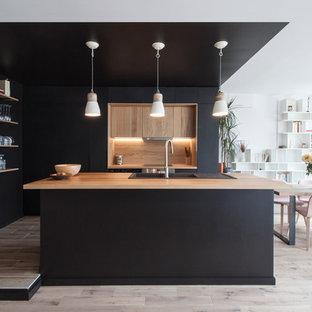 Idées déco pour une cuisine américaine contemporaine en L de taille moyenne avec un évier encastré, un plan de travail en bois, une crédence marron, une crédence en bois, un sol en bois clair et un îlot central.