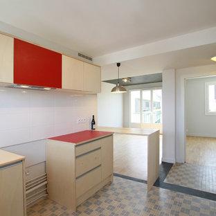 Стильный дизайн: линейная кухня-гостиная среднего размера в современном стиле с фасадами с декоративным кантом, светлыми деревянными фасадами, столешницей из ламината, белым фартуком, фартуком из керамической плитки, полом из керамической плитки, островом, бежевым полом и красной столешницей - последний тренд